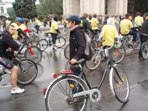 Девушка-велосипедист в колонне Велохоры