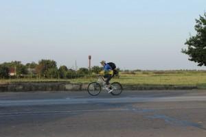 Велосипедист турист на дороге