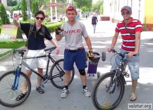 Фото на память: велосипедисты и маунтинбордист