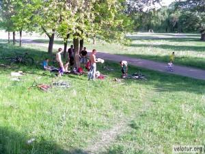 Велосипедисты отдыхают под тенью дерева