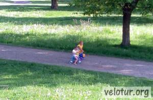 Подрастающие велосипедисты дёртщики в Слободзее
