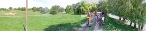 Панорама: слободзейский дёрт, луга и велосипедисты на дамбе
