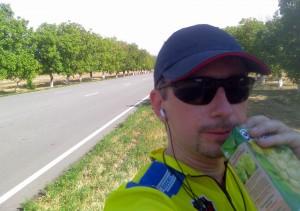 Велосипедист подкрепляется - пьёт сок