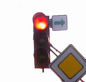 Табличка с зелёной стрелкой на светофоре
