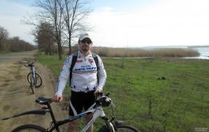 Лиман в камышах и велосипедист
