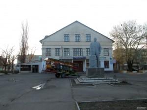 Дом культуры и памятник Ленину