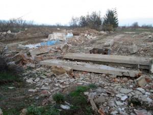 Разрушенные здания военного городка