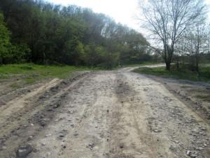 Пыльная белая дорога с камнями и щебнем