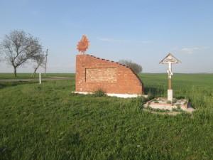 Безымянная кирпичная стена с ржавой эмблемой