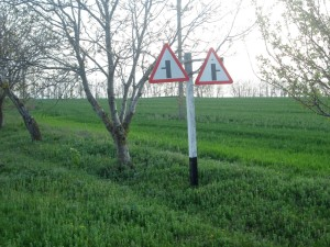 Примыкание дороги справа и слева на одном столбе