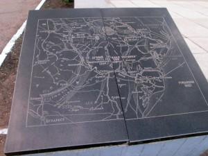 Плита у памятника героям ВОВ в Карманово