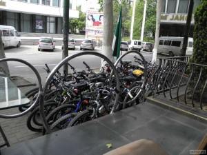 Импровизированная парковка велосипедов у столовой