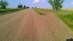 Дорога с щебнем и утрамбованная грунтовка